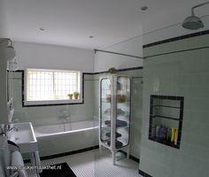 Nice green color and black lines Bad Inspiration, Bathroom Inspiration, Interior Architecture, Interior Design, Big Houses, Garden Styles, Small Bathroom, Bathrooms, Corner Bathtub