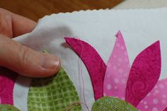 Great tutorial - pointy point applique from Erin Russek. Learned from Pearl Periera from Designs. Hand Applique, Applique Patterns, Applique Quilts, Embroidery Applique, Quilt Patterns, Crazy Quilting, Hand Quilting, Quilting Tutorials, Quilting Projects