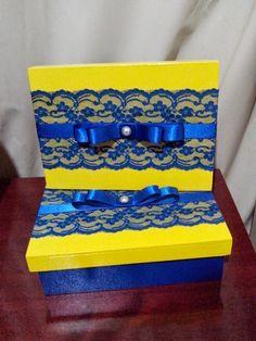 Caixa decorada em renda e laço, azul e amarelo.