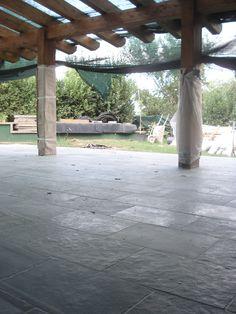 cantiere in corso, pavimento in pietra con lastre di calcare color ravus coelum, finitura naturale & spazzolata http://www.pulchria.it/index.php/photo/esterni#nanogallery/nanoGallery/6068449491131989809/6068451283335718866