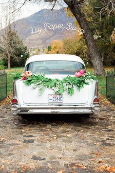 DIY get away car paper garland swag - Sommerparty 2020 - Diy Wedding Garland, Wedding Car Decorations, Wedding Cars, Dream Wedding, Wedding Bells, Perfect Wedding, Just Married Car, Easy Paper Flowers, Diy Flowers