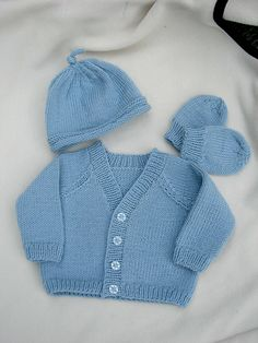 Diy Crafts - Ravelry: Design E Cardi Hat Mitts Bootees pattern by Sirdar Spinning Ltd. Baby Boy Cardigan, Cardigan Bebe, Knitted Baby Cardigan, Knit Baby Sweaters, Baby Boy Knitting Patterns Free, Baby Cardigan Knitting Pattern Free, Baby Patterns, Mittens Pattern, Baby Set