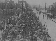 Irish rebels that surrendered at the end of the Easter Rising, surrounded by British Army, Dublin, 1916 Cork Ireland, Dublin Ireland, Old Pictures, Old Photos, Ireland 1916, Irish Independence, Easter Rising, World Conflicts, Irish Eyes
