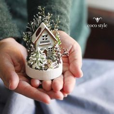 Miniature Winter House Dollhouse By cocostyle Miniature Crafts, Miniature Fairy Gardens, Miniature Houses, Miniature Dolls, Mini Gardens, Christmas Gifts For Kids, Christmas Art, Christmas Projects, Christmas Decorations