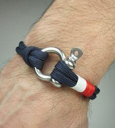 Bracelet en paracorde en Bracelet de survie en bleu marine / nautique voile Bracelet acier inoxydable en acier Bracelet corde de Manille-Mens Bracelet-blanc rouge MESURE : Sélectionnez la mesure au poignet de Table de mesure optimale. Mesurer les dimensions des bracelets en ligne droite dans ce tableau. Pour obtenir les meilleurs résultats, enveloppez votre poignet avec une corde et après cela, vous pouvez mesurer cette corde et une règle. Veuillez ne pas ajouter un espace supplémentair...