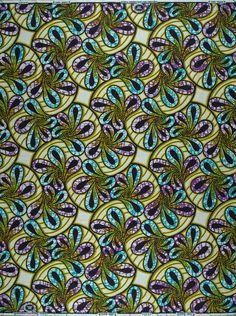 L'imprimé floral virevoltant de ce Super-Wax met parfaitement en valeur cet ensemble coordonné. Le large pantalon est associé à une veste courte à la touche très féminine grâce à ses revers découpés en suivant les motifs du dessin.