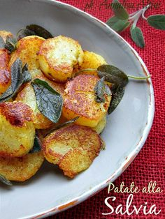 Patate alla salvia | #vegan #vegetarian Vegetable Side Dishes, Vegetable Recipes, Vegetarian Recipes, Cooking Recipes, Healthy Recipes, I Love Food, Good Food, Yummy Food, Italy Food