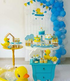temas para baby shower niño 2018 There are many of interesting baby shower gifts out Décoration Baby Shower, Gateau Baby Shower, Ducky Baby Showers, Baby Shower Gender Reveal, Baby Shower Games, Baby Shower Parties, Baby Boy Shower, Rubber Ducky Birthday, Rubber Ducky Party