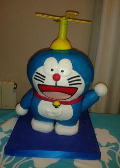Tarta de Doraemon con altura de 30cm aproximadamente, totalmente comestible, todo su interior es bizcocho de chocolate y chocolate blanco
