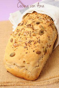 PAN DE CENTENO CON PIPAS DE CALABAZA, SEMILLAS DE LINO Y PIPAS No hay nada como el pan hecho en casa....y mas ultimamente, que el pan se es...