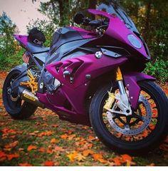 IMPLICITO:en esta imagen se ve una moto de color morado, esta ubicada en un bosque con un fondo de profundidad. EXPLICITO: esta imagen puede transmitir,velocidad, emocion,trnquilidad por el bosque