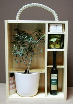 This is one of the most creative ideas when we talk about packaging. Really awesome packaging! Olive Oil Packaging, Food Packaging, Brand Packaging, Packaging Design, Olives, Oil Bottle, Olive Tree, Corporate Gifts, Inspiration
