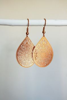 Chandeliers - Filigrane Ohrringe Goldfarbe Rosa Tropfen Ornament - ein Designerstück von BIALA-KOMODA bei DaWanda