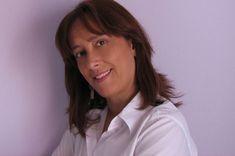 Η Κατερίνα Μαγγανά γεννήθηκε στην Αθήνα, Σπούδασε Νομικά και Δημοσιογραφία στην Αθήνα και Γαλλική Γλώσσα στη Γαλλία. Είναι μέλος του Δικηγορικού Συλλόγου Αθηνών.