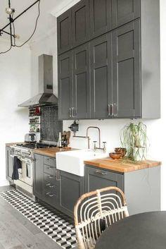 De chique industriële keuken van Jean & Connie - Find Your Self Best Flooring For Kitchen, Wood Floor Kitchen, New Kitchen, Kitchen Decor, Kitchen Small, Kitchen Ideas, Kitchen Grey, Kitchen Colors, Grey Kitchens