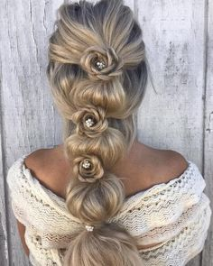 hair accessories bubble braid with flower braids - With some creativity, you can style the basic bubble braid into an eye-catching hairstyle. Here are ideas to make your bubble braid unique and attractive. Box Braids Hairstyles, Party Hairstyles, Trendy Hairstyles, Wedding Hairstyles, Hairstyles 2018, Braid Styles, Short Hair Styles, Flower Braids, Gold Hair