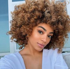 Many African-American women are looking for the best natural short hair styles. Check out the 60 most popular Afro hairstyles for natural hair. Holiday Hairstyles, Vintage Hairstyles, Trendy Hairstyles, Bob Hairstyles, Subtle Blonde Highlights, Afro Hair Care, Curly Hair Styles, Natural Hair Styles, Brown Curls