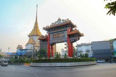 What to do in Chinatown Bangkok? Chinese Buildings, Chinese Architecture, Beautiful Architecture, Bangkok Travel Guide, Thailand Travel, Buddha Tempel, Express Boats, Golden Buddha, Flower Market