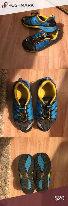 KEEN Boys Tennis Shoes NWT These shoes are like brand new. Worn in the house only for about 2 hrs to break in but he didn't like them. They're very comfortable with drawstring adjustment. Keen Shoes Sneakers