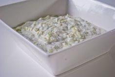 Tzatziki van magere yoghurt is net zo lekker maar wel veel lichter dan normale tzatziki. Gezond en verantwoord. Lekker bij brood, salade of vlees.