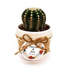 Detalle de boda con cactus o suculenta natural montado en maceta ceramica con cubremacetas de yute y decorada con cinta. Elegante detalle de boda, comunión o fiesta para regalar a tus invitados y para conservar un hermoso recuerdo de este gran día. Cactus Y Suculentas, Planter Pots, Christmas Ornaments, Holiday Decor, Natural, Baby, Ideas, Home Decor, Guest Gifts