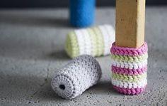 Piristä tuolin ilme ja virkkaa tuolille värikkäät sukat, jotka suojaavat lattiaa. Diy Crochet And Knitting, Crochet Bows, Easy Crochet, Crochet Projects, Sewing Projects, Chair Socks, Knitting Patterns, Crochet Patterns, Yarn Bombing