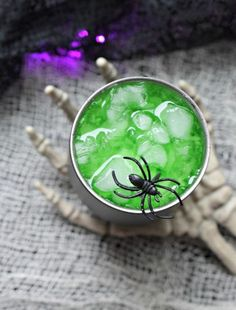 Need a fun but easy to make Halloween cocktail. Phantom Potion is party perfect! Simple to make, it looks eerie and tastes great. Green Cocktails, Cider Cocktails, Fun Cocktails, Cocktail Recipes, Party Drinks, Blackberry Margarita, Strawberry Mojito, Cocktail Essentials, Halloween Cocktails