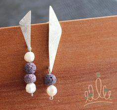 ...de volta ao fundo do mar no brinco TRIANGULO DAS BERMUDAS em prata pérolas e pedra vulcânica. Aliás quem sabia que o Chile é um dos 5 países com mais vulcões ativos no mundo?! :0 #asjoiasdarainha #designexclusivo #joiasdeautor #designjoias #jewelry #jewelrydesign #fashionjewelry #moda #fashion #exclusive #unique #jewellery #highjewellery #hautejewellery #piezasunicas #creative #joiascriativas #ideias #ideas #feitoamao #handmade #hancrafted #comamor #handmadejewelry  #prata #silver #plata…