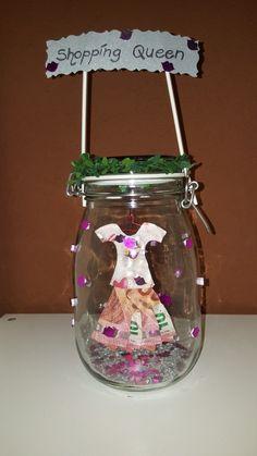 """Als """"Shopping Queen"""" bekommt Frau nur das feinste Kleid geschenkt. Hängend geschützt in einem Glas."""