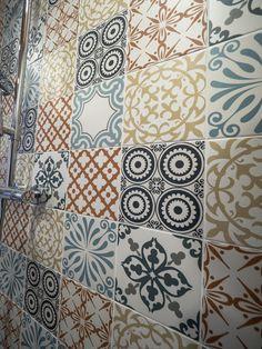 Bathroom with some attitude. / Näissä kylpyhuoneen laatoissa on asennetta. www.valaistusblogi.fi