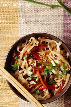 dinner ideas: veg noodles with rice noodles! Recipe @ http://cookclickndevour.com/veg-noodles-recipe #cookclickndevour #vegan #lunchideas #dinnerideas #noodles #indochinese #streetfood