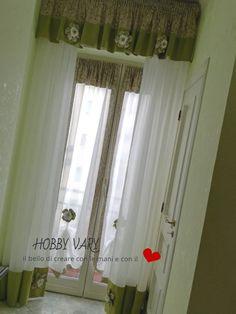 Tende a vetro con mantovana e fiori di stoffa stile country | Idee ...