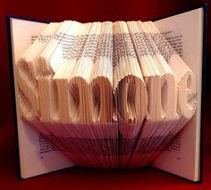 Vouw je eigen naam of die van iemand anders in een boek.  Patroon en handleiding te vinden op boekvouwen . nl