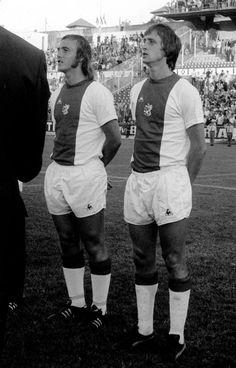 Johan Neeskens and Johan Cruyff line up for Ajax in Pure Football, English Football League, Football Icon, Best Football Players, World Football, School Football, Soccer Players, Football Cards, Fc Barcelona