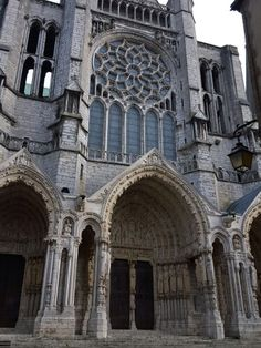 うっし。最初は、Chartres シャルトルにある、 Cathédrale Notre-Dame de Chartres シャルトル大聖堂だ。