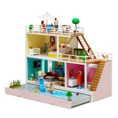 Une jolie maison fonctionnelle pour jouer avec ses figurines, s'inventer de belles histoires et rejouer les scènes du quotidien. La lumière s'allume à l'intérieur pour pouvoir y jouer à toute heure et reconstituer l'ambiance d'un véritable intérieur.