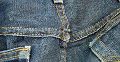 Como pintar jeans com tinta nanquim. Decorar a jaqueta ou calça jeans pode ser uma atividade divertida para pessoas de todas idades. Você pode criar seus próprios desenhos, aplicando-os nas cores e estilo de sua escolha para um toque personalizado. A tinta nanquim permite flexibilidade e controle ao pintar. Embora tradicionalmente utilizada para escrita e trabalhos de impressão, ela ...