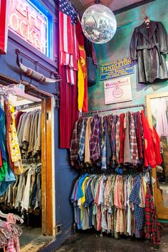 Best Thrift Stores San Francisco Check out this guide to the best thrift shops in San Francisco. rounds up the best Bay Area thrift boutiques. Vintage Thrift Stores, Thrift Store Shopping, Vintage Shops, Thrift Store Fashion, Thrift Shop Outfit, Vintage Market, Fashion Stores, Vintage Boutique, San Francisco Shopping