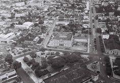 Vista aérea da então Praça João Pessoa, ao centro; Praça Roosevelt, à esquerda, e Praça Gonçalves Dias e Pavilhão São Jorge, à direita. Foto: Correia Lima. Manaus. Acervo: Eduardo Braga.