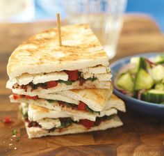 Serve with a fresh and crispy cucumber salad. Entree Recipes, Lunch Recipes, Grilled Tandoori Chicken, Canadian Cheese, Lunch Snacks, Lunches, Grilled Cheese Recipes, Fondant, Chicken Sandwich