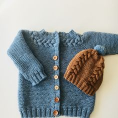 Det store knappevalget! Jeg står fortsatt fast. Hjelp! #kransjakke #hoppestrikk #flettelue #petito #lykkelighandel #guttestrikk #kjappstrikka #guttefin Knits, Knitting, Detail, Crochet, Creative, Sweaters, Diy, Fashion, Tejidos