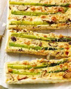 Een erg originele quiche met groene asperges, champignons en grijze garnalen. Serveer met een fris slaatje als lunch of hoofdgerecht op een zonnige avond.