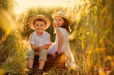 Cute sibs!  Julia Maier | Fotografin für Kinder und Familien | Blog Sibling Photography Poses, Cute Kids Photography, Sister Photography, Family Picture Poses, Family Posing, Family Pictures, Family Portraits, Sunflower Photography, Kid Poses