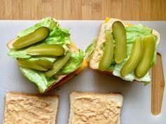 Toastbrot mit Big Mac Zutaten belegen Cold Sandwiches, Healthy Sandwiches, Big Mac, Sandwich Packaging, Burger, Avocado Toast, Ham, Grilling, Snacks