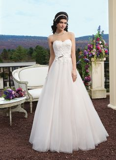 Sincerity brautkleid style 3816 Tulle and beaded Alencon lace ballgown with a sweetheart neckline. The  gown is finished with a satin belt at the natural waist with a bow  detail, satin covered buttons over the back zipper and a chapel length  train.
