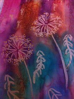 Batik con cera fría.  Después de aplicar los colores sin mezclar entre si, unirlos con alcohol para crear degradados y efectos llamativos para dar movimiento al dibujo.