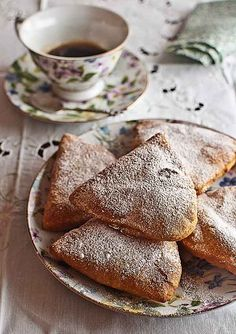 A favorite dessert in the Madrid region, Bartolillos are small triangular tarts that are lightly fried and crunchy on the outside, with rich creamy filling on the inside.