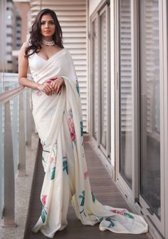 South Indian Actress Malavika Mohanan In Sleeveless White Saree Fashion Designer, Indian Designer Outfits, Indian Designers, Indian Fashion Trends, Indian Designer Sarees, Dress Indian Style, Indian Dresses, Pakistani Dresses, Indian Wedding Outfits