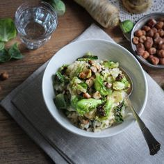 This vegan Brussels sprouts risotto is super creamy and refined with roasted hazelnuts & truffle oil. (in German)