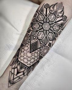 Geometric Tattoos Men, Geometric Sleeve Tattoo, Geometric Tattoo Design, Tattoo Sleeve Designs, Tattoo Designs Men, Sleeve Tattoos, G Tattoo, Arm Band Tattoo, Snake Tattoo